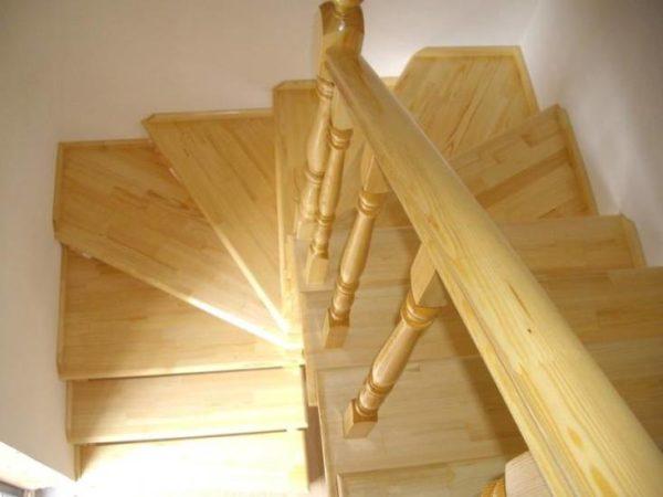 Деревянная лестница с поворотом из дуба, ЛС-016