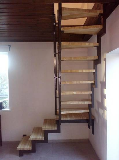 Деревянная прямая лестница на металлокаркасе, ЛС-046
