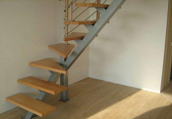 Металлическая лестница с поворотом, ЛС-106