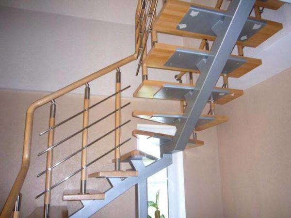 Металлическая лестница с поворотом на косоуре, ЛС-109