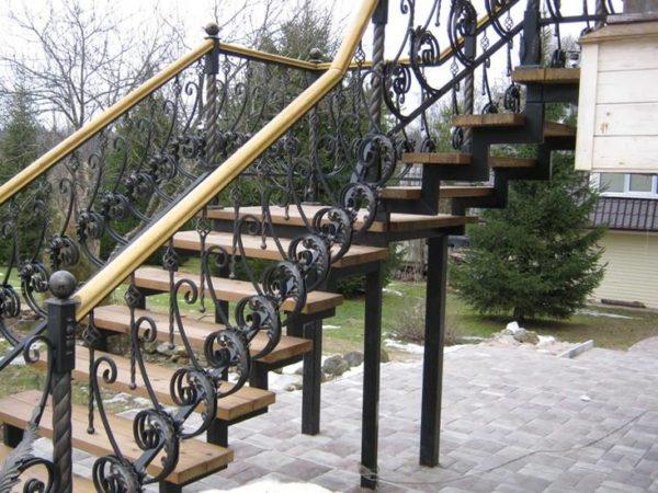 Металлическая наружная лестница на косоуре, ЛС-119