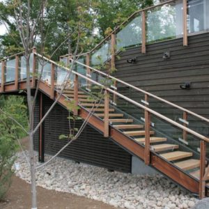 Металлическая наружная лестница ЛС-120 со стеклянным ограждением